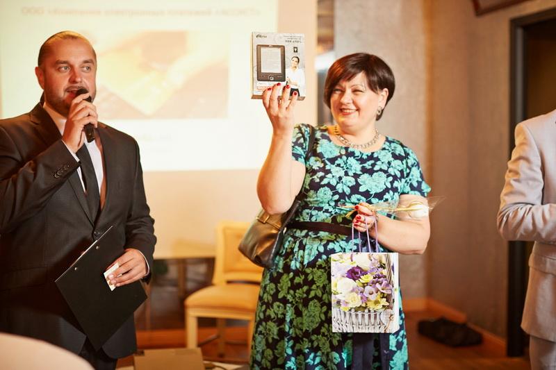 Елена Василевская, начальник службы сервиса отеля «Европа» с призом от компании Assist